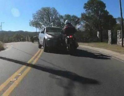 Un motociclista graba el atropello de su amigo por un coche que se entromete en su carril