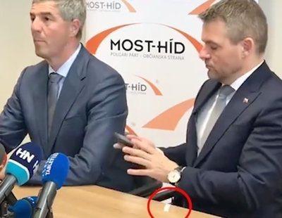 Al presidente de Eslovaquia se le cae una papela de cocaína en plena rueda de prensa