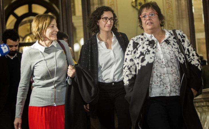 Carme Forcadell, Marta Rovira y Dolors Bassa abandonan el hemiciclo catalán