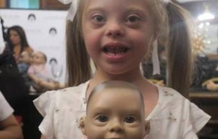 Presentan el primer muñeco con rasgos de síndrome de Down
