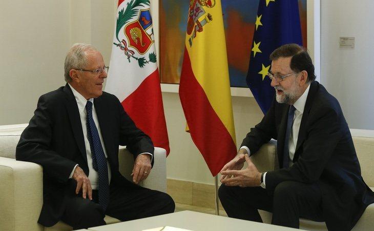 La corrupción se ha llevado por delante a Kuczynski; Rajoy sigue en pie