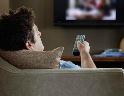 Un estudio confirma que preferimos mentir a nuestros amigos para quedarnos en casa viendo series