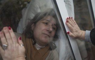 """La """"cárcel de cristal"""" de Juana: 13 años aislada del mundo para no morir infectada"""