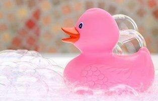 Un estudio científico alerta del peligro bacteriano de los patos de goma del baño