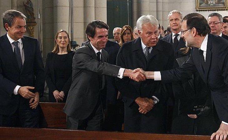 Los expresidentes españoles saludando a Rajoy