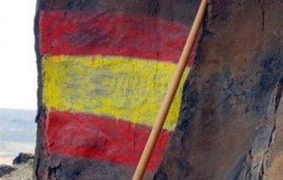 Pintan la bandera de España sobre unos grabados rupestres en Fuerteventura