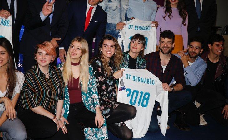 Los cantantes posaron con camisetas del Real Madrid