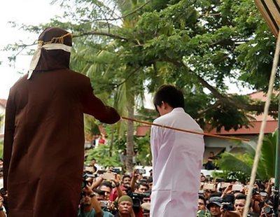 """Cuatro personas detenidas en Indonesia por """"practicar la homosexualidad"""" serán fustigadas en público"""