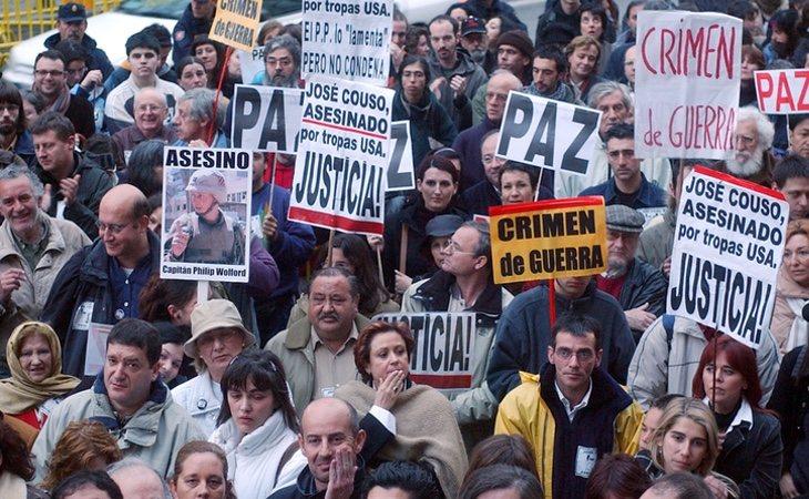 La gente se echó a la calle como protesta por la muerte de Couso