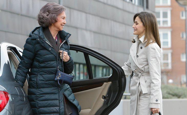 Las reinas doña Sofía y doña Letizia en su visita al hospital