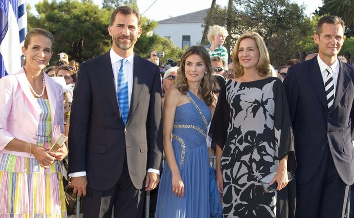 Don Felipe y Doña Letizia acompañados de la infanta Elena, la infanta Cristina e iñaki urdangarín en la boda del príncipe Nicolas y Blatnik en 2010