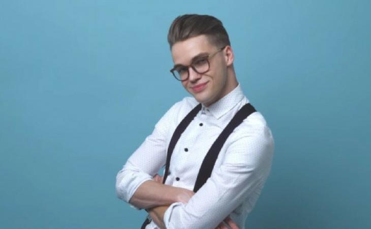 Tirantes y gafas de pasta, claves en su imagen