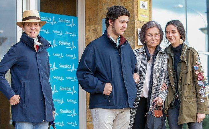 Froilán junto a su abuela, la reina Sofía, su hermana, Victoria Federica, y su madre, la infanta Elena, durante su visita al hospital al rey Juan Carlos