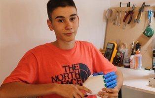 Fabrica prótesis de manos gratuitas con una impresora 3D con solo 18 años