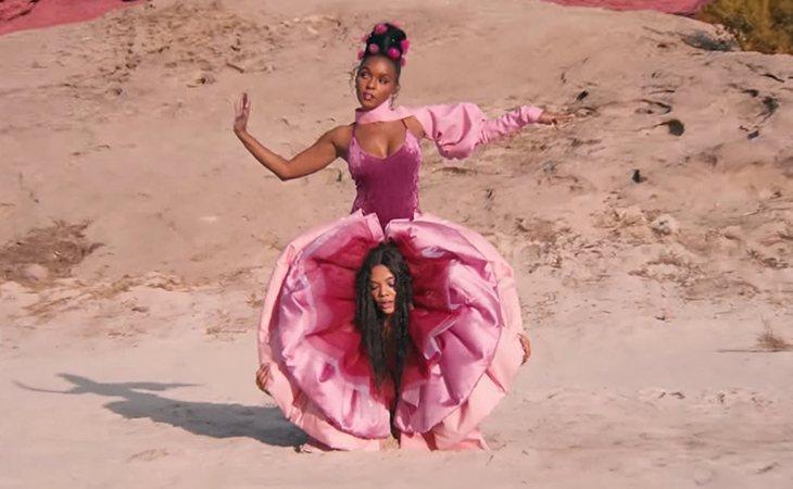 Janelle Monáe junto a Tessa Thompson saliendo de entre sus piernas
