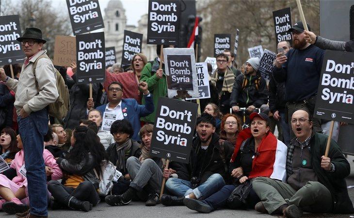 En Londres, miles de personas se han manifestado en contra del bombardeo en Siria