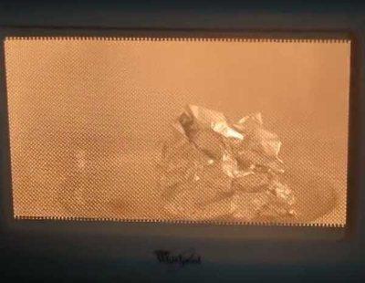 Se graba calentando papel de aluminio en el microondas y el resultado es legendario