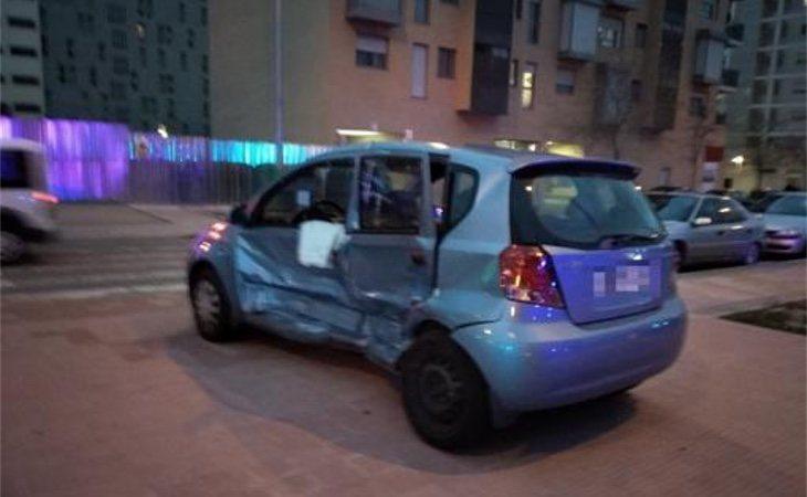 El coche de la conductora embestida con el duro golpe en la puerta lateral