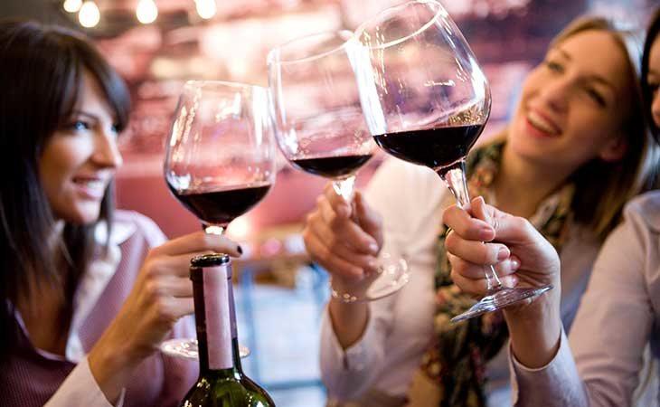 Cinco copas de vino o pintas como límite semanal