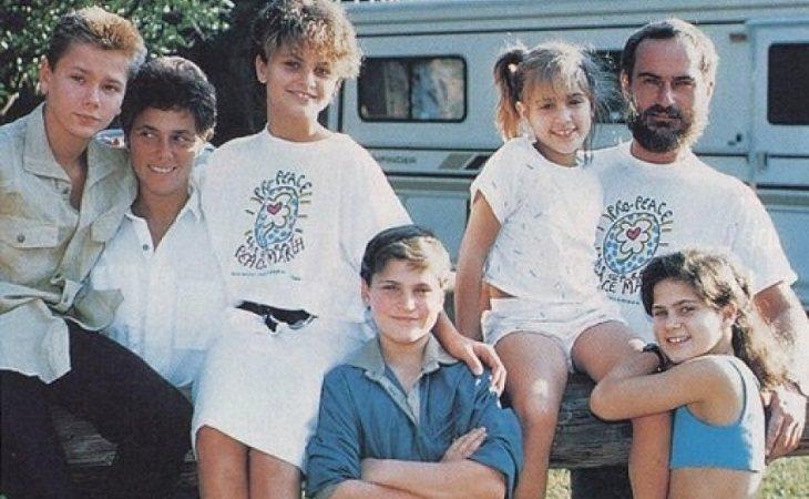 River y Joaquin Phoenix junto a su familia como miembros de Children of God