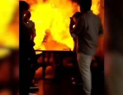 Un cumpleaños explosivo: enciende la vela de la tarta y queda envuelta en llamas