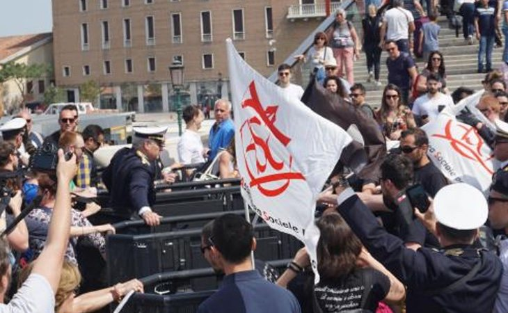 Ciudadanos y grupos de izquierda han protestado por la instalación de los tornos