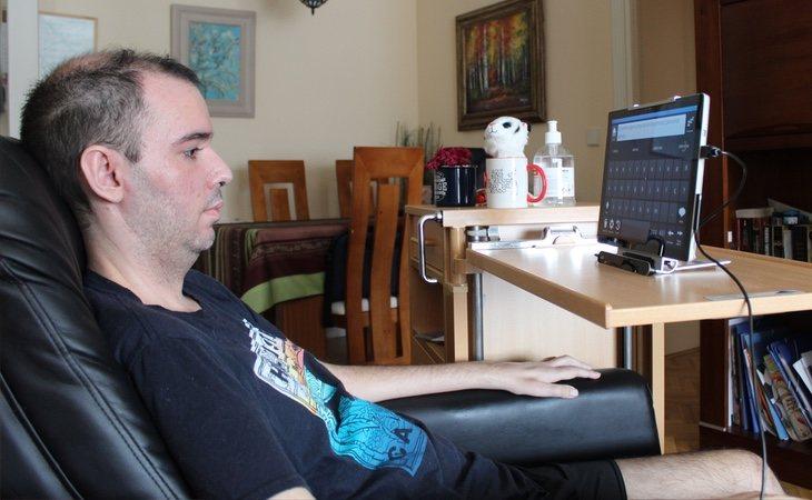 Jorge vive una vida marcada por la ELA