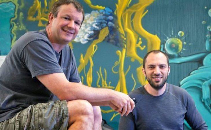 Ni Jan Koum (derecha) ni Brian Acton (izquierda), fundadores de WhatsApp, permanecen en la compañía