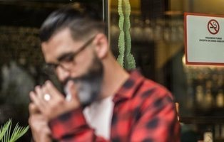 ¿Prohibir fumar en las terrazas de los bares? Así beneficiaría a nuestra salud