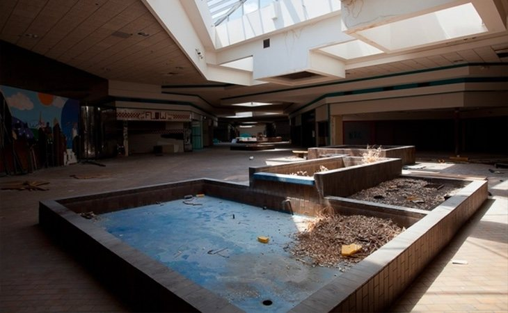 Imagen de la plaza principal completamente abandonada