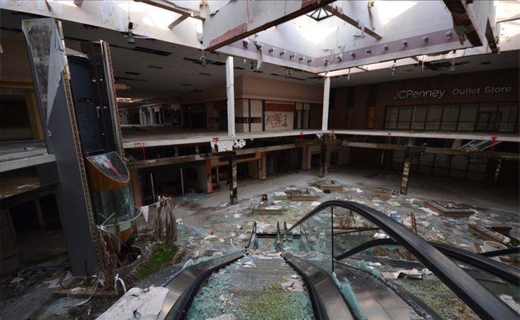 La tienda JC Penney abandonada en el fondo
