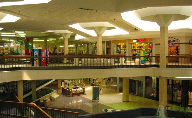 El centro con sus tiendas abiertas