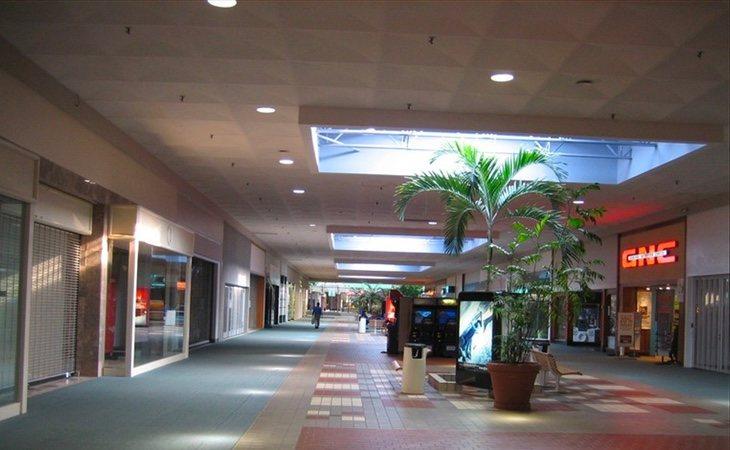 Uno de los pasillos con tiendas abiertas