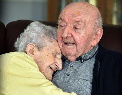 Una madre de 98 años se traslada a una residencia para estar con su hijo de 80