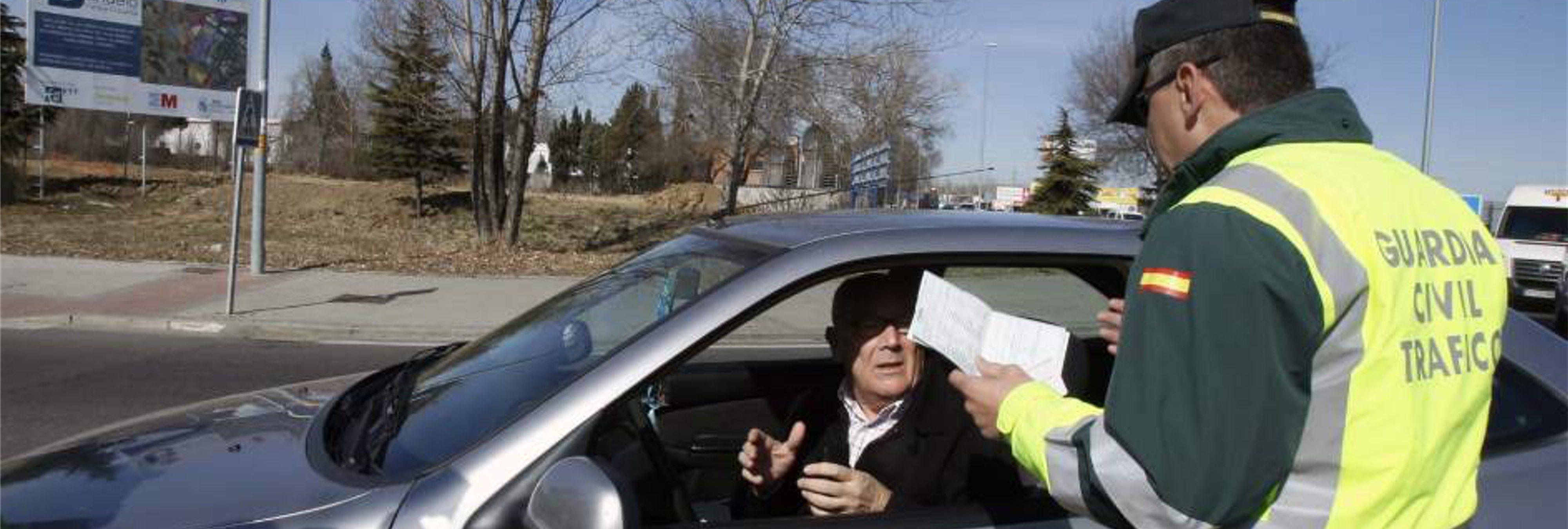 Cuidado: la Guardia Civil puede multarte si conservas alguno de estos objetos en tu coche