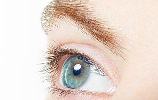 Incrustarse joyas en los ojos: la peligrosa y nueva moda que está causando furor