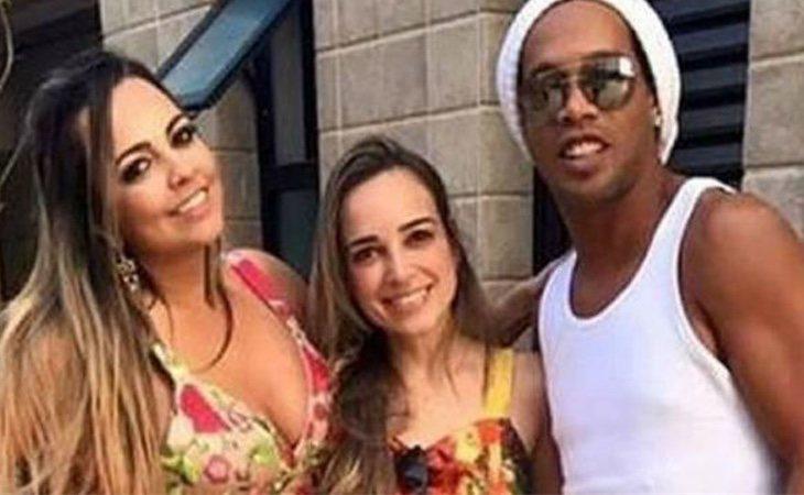Priscilla Coelho y Beatriz Souza junto a Ronaldinho