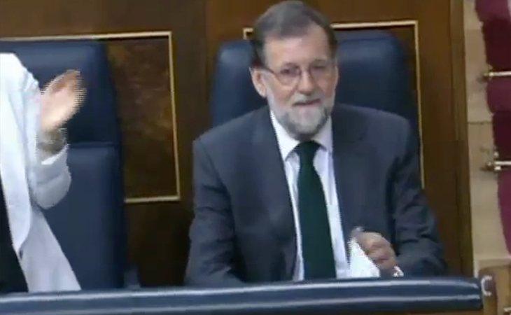 A Rajoy se le han pegado las sábanas. Por fin ha llegado al Congreso