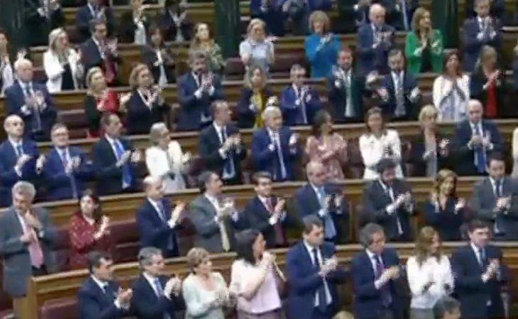 Aplausos en a bancada popular ante la despedida de Rajoy antes de la votación