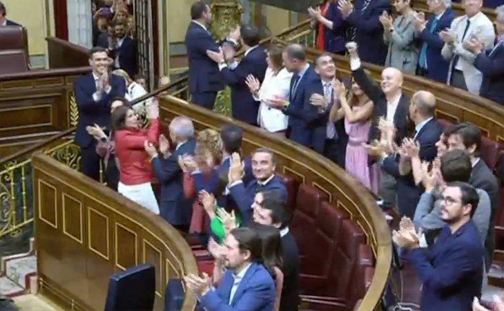 Baño de aplausos y abrazos a Pedro Sánchez, el nuevo presidente del Gobierno