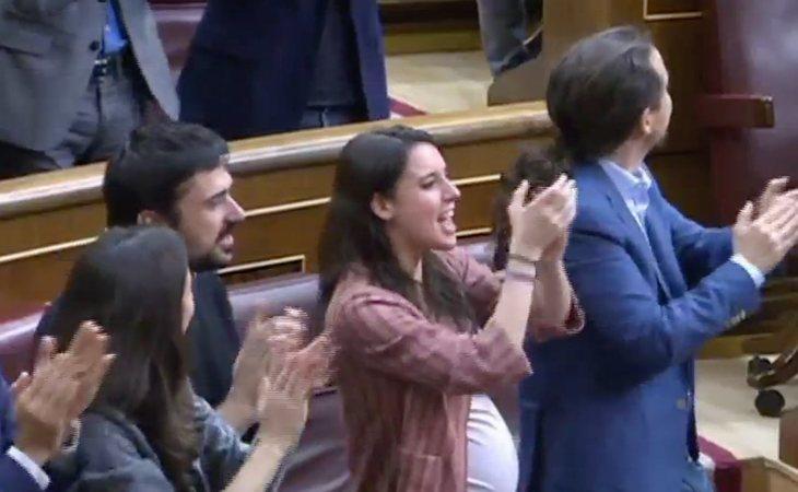Desde las filas de Podemos en el Congreso entonan 'SÍ SE PUEDE'