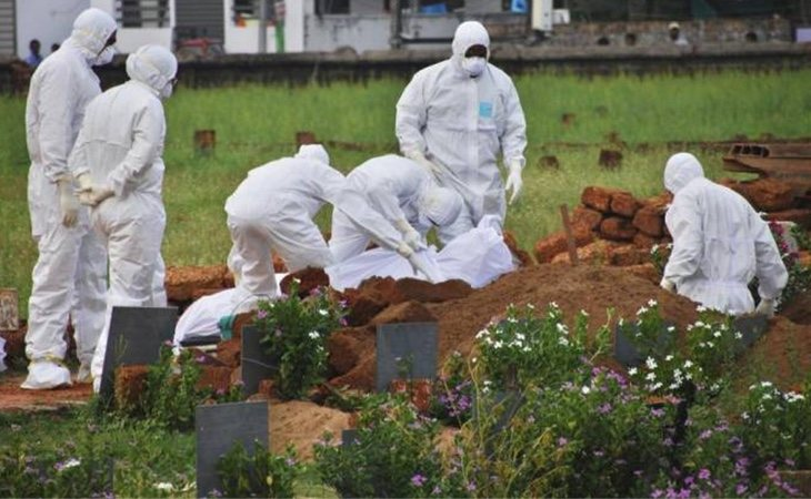 Los paramédicos entierran el cuepor de uno de lso fallecidos por el virus nipah en el estado de kerala