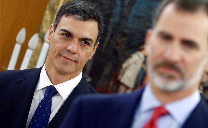 Pedro Sánchez, nuevo presidente del Gobierno, junto al rey Felipe VI en la toma de posesión de los ministros