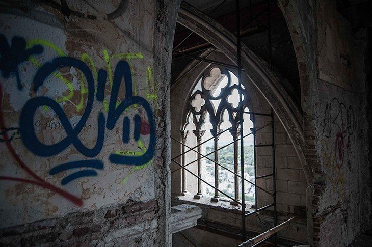 Los grafitis cubren casi todas las paredes del Palacio