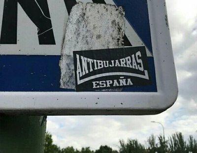 'Antibujarras': Varios grupos de extrema derecha llenan las calles de pegatinas homófobas
