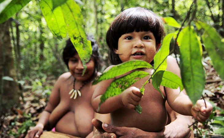 Un niño y su madre indígena