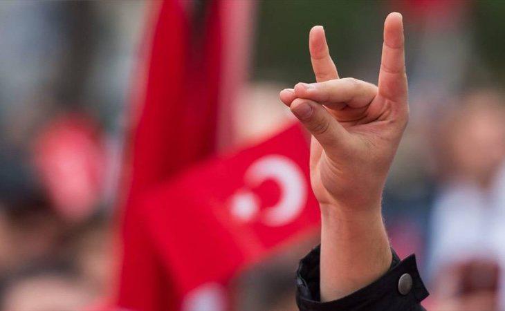 El saludo de los Lobos grises, el movimiento ultranacionalista turco