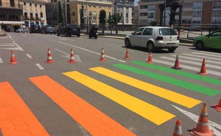 Pasos de peatones pintados con los colores de la bandera LGTBI