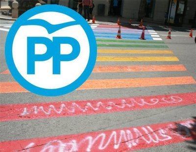 El PP se une a Falange para exigir que se retiren los pasos de peatones con la bandera LGTBI