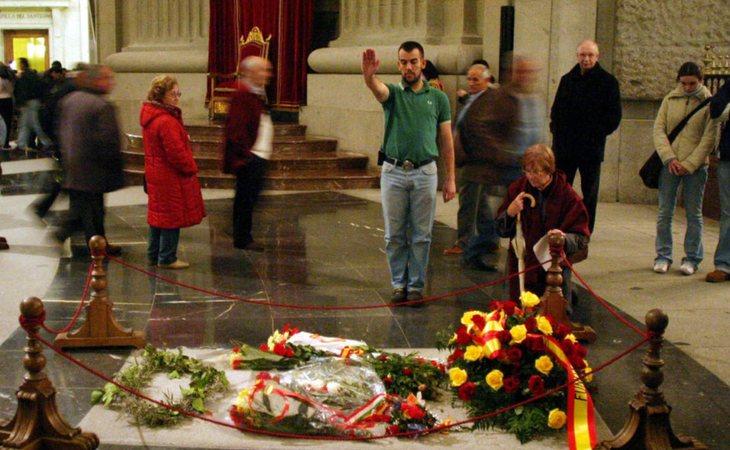La tumba de Franco recibe visitas y honores de nostálgicos del franquismo